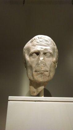 Een kopstuk van Julius Ceasar. De neus is afgebroken.