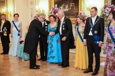 Former Finnish President and Nobel Peace Prize winner Martti Ahtisaari greets King Harald V of Norway.