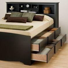 Черная кровать с удобными выдвижными ящиками и полками вы изголовье заменяющими прикроватную тумбочку. .