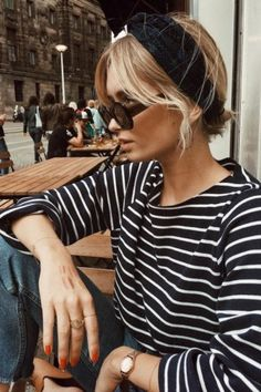 Head-band turban + marinière + jean = le bon mix - Mon blabla de fille - This Mode Style, Style Me, Estilo Navy, Streetwear, Look Fashion, Womens Fashion, Fashion Outfits, Fashion Fall, Sneakers Fashion
