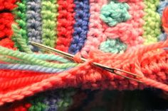 "How to add a casing edge that encloses all the loose yarn ends without having to weave them in -- a simple but very clever idea!!  From the ""Mixed Stitch Stripey Blanket,"" free pattern by Julie Harrison, ✿Teresa Restegui http://www.pinterest.com/teretegui/✿"