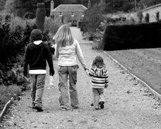 Para que la familia pueda cumplir con su tarea de posibilitar la individuación de sus miembros y proveerles de un sentido de pertenencia, debe poseer una estructura (o sea una organización jerarquizada)que permita que los distintos subsistemas que la componen (marital, parental y fraterno), puedan a través de sus fronteras, mantener una individualidad de funcionamiento y una permeabilidad comunicativa adecuada.