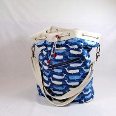 Evelína -velryby ušila jsem pro vás velkou,prostornou tašku,pytel,bagl,vak.... ušitá z bavlněné látky v modré barvě s motivem velryb u této navíc zipová kapsa,na drobnosti a šnůrka s karabinkou na klíče spodní oválný díl je z béžové  koženky,vyztužen pevnější výztuhou tato taška nemá zapínání,zavážete ji pomocí šnůrky,protažené dírkami kolem dokola ...