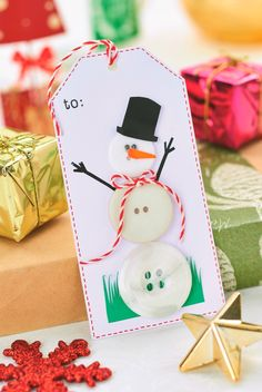 Make a fun snowman tag out of buttons - PaperCrafter issue 89 (Photography: cliqq.co.uk)