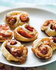 Tapas Rolls with Serrano Ham & Fig Preserves - Spanish ham, manchego cheese, and fig preserves come together in savory and sweet puff pastry appetizers! Tapas Recipes, Fig Recipes, Dog Treat Recipes, Appetizer Recipes, Cooking Recipes, Brunch, Serrano Ham, Tapas Party, Sweet Paul