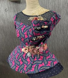 A blouse can be described as the icing on the cake of any skirt. Ankara blouses can be woren with either a skirt or a jean trousers. Short African Dresses, African Blouses, Latest African Fashion Dresses, African Print Fashion, African Print Dress Designs, Fancy Blouse Designs, Ankara Blouse, Ankara Dress, African Traditional Dresses