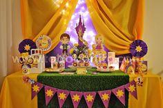Y finalmente, logramos que Rapunzel baje de su torre y llegue para quedarse en tu cumple! Este kit para imprimir, tan solicitado por mamás, tías abuelas, sobrinas, etc…etc… les ofrece todos los detalles más representativosde la famosa película de Disney,... Rapunzel Birthday Party, Tangled Party, Disney Princess Party, 4th Birthday Parties, Princess Birthday, Girl Birthday, Birthday Party Centerpieces, Birthday Decorations, Rapunzel Cupcakes
