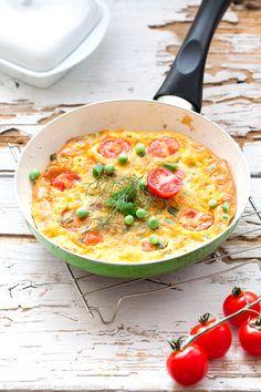 Frittata z groszkiem, pomidorkami koktajlowymi i miętą, green pea, tomato and mint frittata #frittata #pomidory #tomato #śniadanie #breakfast