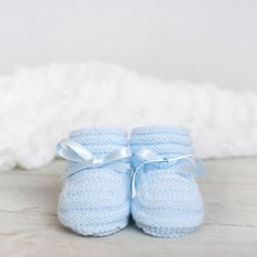 Baby socks for stockinette stitch and woven by hand o'clock smooth baby. Knit Shoes, Crochet Baby Booties, Knitted Baby, Baby Socks, Stockinette, Crochet Fashion, Crochet Yarn, Baby Knitting, Baby Items