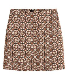 Light beige/Pattern. Short skirt in a jacquard weave with a concealed zip and button at the back.