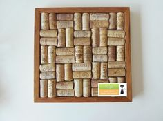 Usar los corchos de vino.  Many uses for wine corks.
