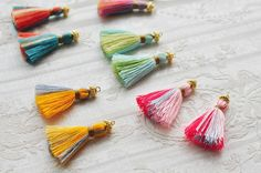 春らしいカラーの糸を使って可愛らしい色合いのピアスをつくりました。  タッセルが耳元で揺れて素敵です。  タッセル:アクリル糸 (房がまとまるタイプとなります) タッセルサイズ(糸部分):約H3センチ  ピアス素材:ゴールドメッキ加工