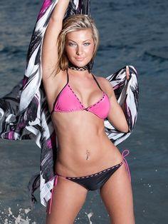 Fashioniamo! #Bikini Bellissimo bikini rosa e nero. Composto da reggiseno a triangolo rosa con coppa leggermente sagomata. Giocano in contrasto i cordini neri alternati nella parte interna del reggiseno e le due allacciature dietro il collo e la schiena di colore nero.La parte inferiore, al contrario, è nera e cambia colore, sempre con disegno alternato, solo nella parte superiore dello slip per poi proseguire sui fianchi con laccetti regolabili. Vieni a scoprirlo su www.fashioniamo.com