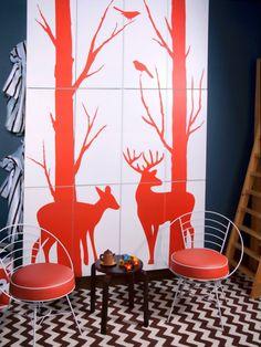 salle de jeux enfant idée tapis de sol motif graphique déco mur dessins table basse bois