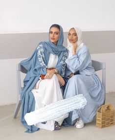 Sisters in abayas - Women's Hijabs Modest Fashion Hijab, Modern Hijab Fashion, Arab Fashion, Hijab Fashion Inspiration, Islamic Fashion, Muslim Fashion, Fashion Outfits, Estilo Abaya, Hijab Fashionista