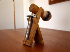 Handmade razor stand for razor and shaving brush. Its heritage and style make it the perfect morning indulgence. Razor stand handmade in Paris from British oak, hand selected for unique markings. Shaving Stand, Shaving Set, Shaving Brush, Wet Shaving, Straight Razor Shaving, Shaving Razor, Brooms And Brushes, Razor Stand, Safety Razor