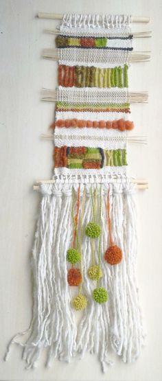 Su tamaño es de 88*28 cm, confeccionado con lana y fibras naturales, en telar mapuche.