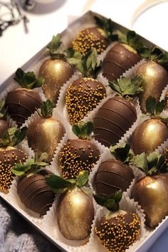 Chocolate Covered Treats, Chocolate Dipped Strawberries, Chocolate Hearts, Chocolate Gifts, Pastell Party, Cute Food, Yummy Food, Strawberry Dip, Edible Arrangements