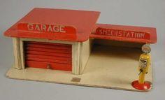 """Houten garage met smeerstation en losse benzinepomp van """"SHELL"""" - Museum Rotterdam"""