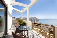 Situated on the top floor, the two executive suites in our Thessaloniki hotel, spacious and airy, have breathtaking views of the Thermaikos Gulf and the Aristotelous Square from their windows and private terraces.