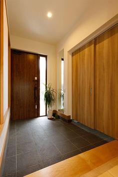 アイコーホームの注文住宅・事例紹介「明るい1階リビングのある家」です。写真や間取り、価格など、詳しい事例をご覧いただけます。注文住宅のことなら注文住宅の総合情報サイト・ハウスネットギャラリー Japanese Modern House, Japanese Home Design, Japan Interior, House Architecture Styles, Small Apartment Decorating, Home Upgrades, House Entrance, Minimalist Interior, House Design