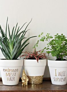 40 Brilliantly Gold DIY Projects - Gold DIY Projects and Crafts – Gold Foil Lettering On Flower Pots – Easy Room Decor, Wall Art a - Diy Décoration, Easy Diy, Diy Crafts, Simple Diy, Fun Diy, Super Simple, Easy Home Decor, Cheap Home Decor, Diy Ouro