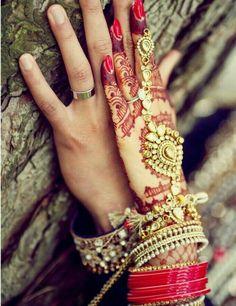 Bridal hand jewellery and henna or mehendi design. Photo by Deo Studios Brauthandschmuck und Henna oder Mehendi Design. Bridal Poses, Wedding Poses, Wedding Couples, Wedding Stills, Wedding Shoot, Wedding Ideas, Indian Wedding Photography Poses, Couple Photography, Fashion Photography