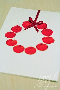 make your own christmas cards: stamp with corks a small wreath