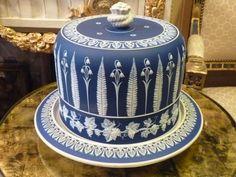 Cloche à fromage et son plateau, porcelaine et biscuit, Angleterre, époque Victorienne
