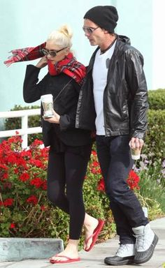 @Gwen Stefani rocking @Havaianas #Top #Red while out grabbing a @Starbucks