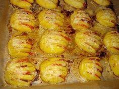 Еще больше рецептов здесь https://plus.google.com/116534260894270112373/posts  Картофельные ракушки  Ингредиенты: 1 кг. картофеля (одинаковой величины) 50 г. сливочного масла 100 г. тёртого сыра 1-2 помидора 70 г. ветчины соль, перец  Приготовление:  1. Картофель очистить, помыть, разрезать пополам, затем разрезать поперёк на тонкие ломтики, но не до конца, чтобы картофель внешне казался целым. 2. Ветчину нарезать небольшими кусочками. 3. Помидоры порезать тонкими полу кольцами. 4. В…
