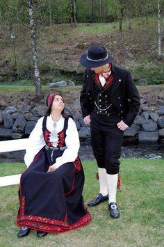 PYNTET: Elisabeth Rai Lilleaas og Dan Even Auklend poserer i festbunad for dame og herre. FOTO: PRIVAT