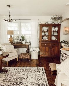 30 Stunning French Home Decor Ideas That You Definitely Like - Home decorating with French style decor is a great way to rejuvenate tired rooms. The good news is that you are able to achieve the look of French cou. French Style Decor, French Home Decor, Vintage Home Decor, Antique Decor, Vintage French Decor, Vintage Style, French Cottage Decor, Vintage Farmhouse Decor, French Country Decorating