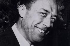 Écrivain, dramaturge, penseur, philosophe, journaliste, agitateur d'opinion et de conscience, metteur⋅en⋅scène, essayiste, romancier... Camus a endossé tous ces costumes avec grand talent. Souvent bassement critiqué par de piètres envieux égotiques - signe évident de la grandeur inaccessible - il en rit encor...