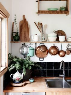 The Design Files- Tamsin Carvan and Family. Photo – Eve Wilson, production – Lucy Feagins / The Design Files Kitchen On A Budget, New Kitchen, Kitchen Dining, Kitchen Utensils, Country Kitchen, Boho Kitchen, Kitchen Styling, Earthy Kitchen, Kitchen Sink
