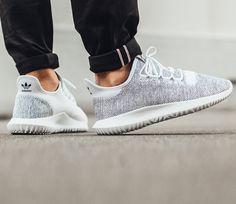 adidas Originals wprowadził niedawno na rynek nowe wydania butów Tubular Shadow Knit, które mają bardzo prosty design i są stosunkowo tanie. Na pierwszy ogień idzie wersja Footwear White / Core Black, z którą zapoznacie się poprzez umieszczone poniżej fotografie. Cholewka wykonano z plecionki z przędzy o dwóch kolorach, przez co całość wydaje się być w …