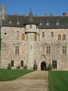 Château de la Roche-Jagu, Ploëzal, Côtes-d'Armor, Bretagne, France Beautiful Castles, Beautiful Buildings, Beautiful Places, Palaces, Chateau Medieval, French Castles, French Style Homes, French Chateau, Historical Architecture