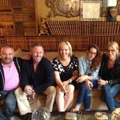 Kristen Stewart aparece em uma nova foto com sua equipe tirada no apartamento de Coco Chanel, durante um jantar. Kristen foi convidada para lá durante a estada em Paris, onde esteve participando da semana de moda.