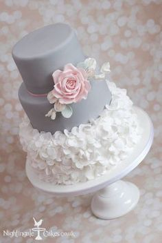 Grey and white wedding cake #weddingcakes
