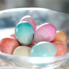 A simple, step-by-step guide for creating an ombre look on your hardboiled Easter eggs