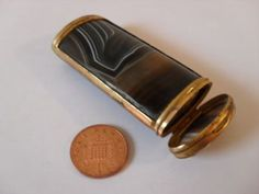 ANTIQUE VICTORIAN CUT & POLISHED SCOTTISH AGATE VESTA OR NEEDLE CASE WITH GILT METAL MOUNTS.
