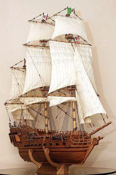 Modelo alto hermoso del barco