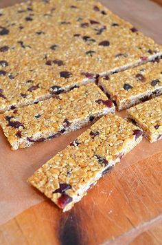 homemade muesli bars Ingredients : cup quick cook oats cup of rice bubbles of any puffed grain cereal butter cup brown sugar cup of honey, golden syrup or any other sugar syrup tbsp malt extract (syrup) tsp vanilla cup sultanas cup cranberries Breakfast For Kids, Breakfast Recipes, Snack Recipes, Breakfast Ideas, Breakfast Bars, Homemade Muesli Bars, Snacks Homemade, Bellini Recipe, 16 Bars