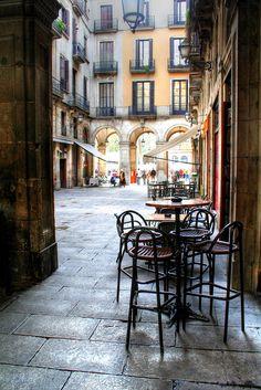 Barcelona Al fons, la Plaça Reial. Catalonia