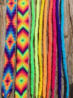 Friendship Bracelets Part Forward Knot and Chevron Bracelet Friendship Bracelets Designs, Bracelets With Meaning, Bracelet Designs, Embroidery Shop, Learn Embroidery, Embroidery Patterns, Embroidery Stitches, Embroidery Floss Bracelets, Beaded Bracelets