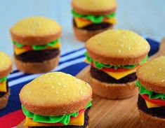 Hamburger cupcakes - Lauras Bakery----- this would be like my husband making a sausage candy cane. Hamburger Cupcakes, Hamburger Buns, Cake Recipes, Dessert Recipes, Snacks, Food Humor, Let Them Eat Cake, Love Food, Cupcake Cakes