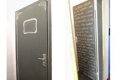 Decore paredes e portas de maneira criativa: imite um quadro-negro feito com tinta ou papel adesivo - O bom da parede preta é que esconde defeitinhos e saliências da superfície — indica a arquiteta.  Um galão de 3,6 litros pode cobrir até 15m ² de área, dando até duas demãos.
