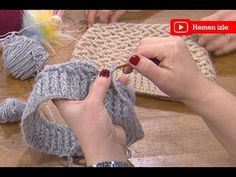 Las mujeres saben con Ezgi Sertel, boina tejida a ganchillo de Sibel Kavaklıoğlu Crochet Hooded Scarf, Crochet Beret, Crochet Scarves, Crochet Yarn, Easy Crochet, Knitted Hats, Knitting Videos, Crochet Videos, Easy Stitch