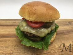 De almindelige burgerboller har trange kår hos os efter vi har prøvet briocheboller, der er mere smagfulde og luftigere. Det var oprindeligt noget vores favorit burgerrestaurant introducerede os for og det hæver enhver burger! Lidt smeltet cheddar gør nu heller ikke nogen skade.   #brioche #burger #hakket kød #ost #salat