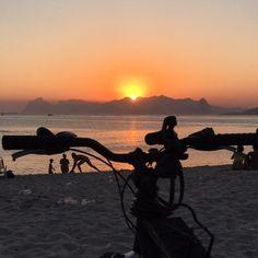 ...por do sol fim de tarde em Itaipu  . . #digitalpeace #pordosol #sunset #itaipu #bike #beach #fimdetarde #niteroirj #iphone #iphoneonly #carpediem #goodvibes #sextalinda #niteroi